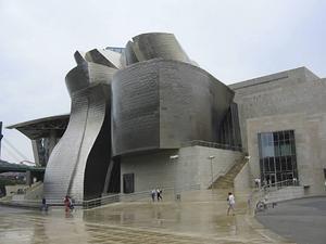 Guggenheimmuseet i Bilbao invigdes 1997. Byggnaden ritades av Frank Gehry.