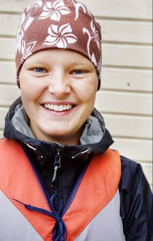 Malin Göransson gick själv i seglarskola när hon var 10 år. Nu leder hon seglarskolan sedan många år tillbaka, och har även tävlingsseglat under några år.
