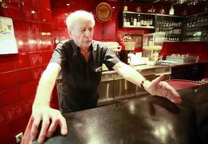 Lampros Panagoula på Athena tycker att förhoppningarna skenat i väg när restaurangmomsen nu sänks från 25 till 12 procent på maten.