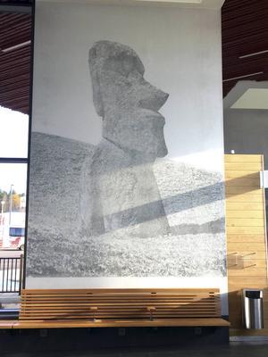 En bild av en stenstaty på Påskön välkomnar till Falun.