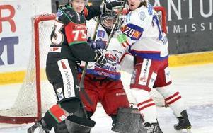 RÖRIGT. Moras Marco Tuokko är framme och stör Oskarshamns målvakt.