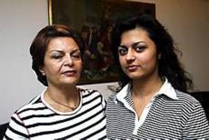 Farideh Hejazi och dottern Firozeh är tillbaka i Gävle efter några dagar i chocktillstånd. Farideh orkar inte jobba efter katastrofen där många släktingar och vänner dog. Foto: NICK BLACKMON