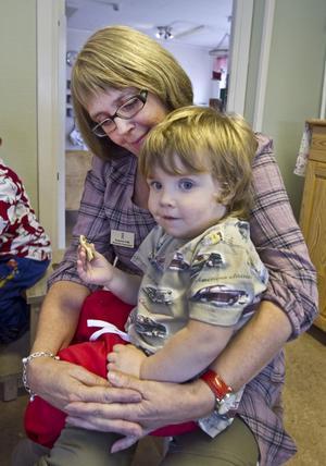 Susanne Falk, biträdande förskolechef på Almgårdens förskola, är inte övertygad om att stora arbetslag som gemensamt tar hand om ett stort antal barn alltid är det bästa för barnen. Närheten och de begränsade antalet relationer ser hon som en fördel med Almgårdens avdelningar med 15–20 barn och tre–fyra vuxna. I hennes famn sitter Arvid Nordlander, två år.