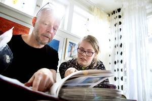 Nu fyller mirakelflickan 13 år. Liv och pappa Jerker Sjödin tittar på bilder från hennes första tid i livet.