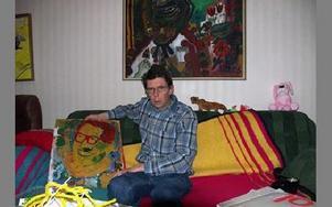 Lars Ingvarsson inspirerades av Carl Larsson när han målade tavlan som hänger ovanför soffan.FOTO: ANNA ENBOM