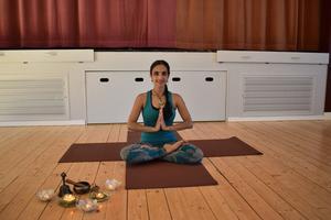Yoga är mer än en träningsform menar Jasmine Rence.  Hon hoppas att fler ska använda yoga vid stress och oro.