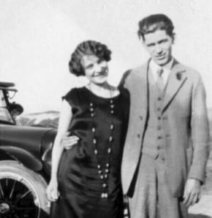 Gästrikeflickan Olga Lindgren från Norrsundet och hennes man Hjalmar Peterson, mer känd som bondkomikern Olle i Skratthult, uppträdde tillsammans med Gustav Fonandern i USA under många år.