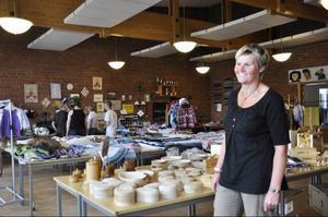 Suzanne Sörlin är stolt och glad över att kunna visa upp en rik mängd vackra, välgjorda, hantverksprodukter på Slöjdmässan i Hoting.