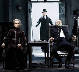 August själv. Ett introducerande metainslag är Björn Granaths entré klädd som Strindberg på den sista bilden som togs av honom. Annars är det en mycket naturalistisk uppsättning där Stina Ekblad och Örjan Ramberg briljerar.