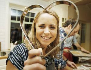 Nu ska jag satsa på stora pepparkakshjärtan, säger Anna Haag när LT fick vara med på julbaket