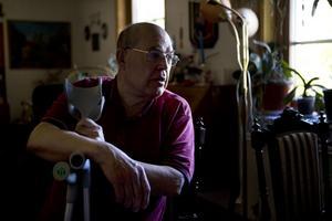 Bengt Persson har svåra smärtor, på grund av ett troligt diskbråck. Trots smärtor och akuta sjukhusbesök måste han vänta sex månader på en eventuell operation.