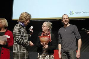 Årets inspiratör. Familjen Holmdahl på finngården Rikkenstorp fick pris som Årets inspiratör. Landshövding Maria Larsson delade ut priset till Hélène Littmarck Holmdahl och Joel Holmdahl.