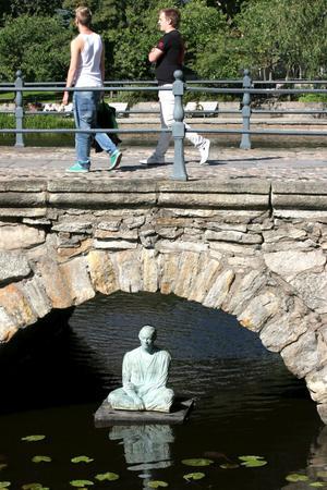Buddha. I torsdags kväll förra veckan ställdes Buddhafiguren på plats vid slottet, lagom till kungfamiljens besök i Örebro.