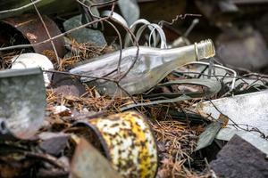 Så här ser det ut i soptippen i skogen. Lovisa tar de gamla flaskorna och återbrukar dem.