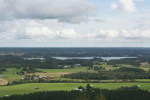 Högt över havet. Ockelbos bästa utsiktsplats ligger ungefär 270 meter över havet. Landskapet breder ut sig med skog, vidsträckta fält, hus, åar och sjöar. Vid horisonten skymtar havet.