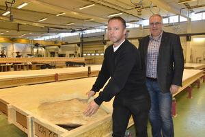 Inköpschefen Lars Nylund visar hur takelementen är fyllda med isolering. Bakom honom Lättelements vd Ulf Strinnholm.