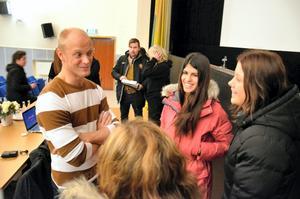 Dansaren Tobias Karlsson pratar med Azlat Saad och Hanna Thuresson i 9C Transtensskolan.