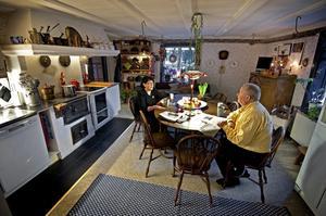 Det är lågt i tak i Birgits och Jons kök, ett kök i ett hus byggt 1584.