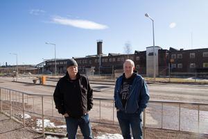Kalle Sahlin, klubbordförande för IF Metall, och Stefan Palm, huvudskyddsombud hos Outokumpu i Avesta, tror att nyanställningarna kommer att ge positiva effekter i bygden.