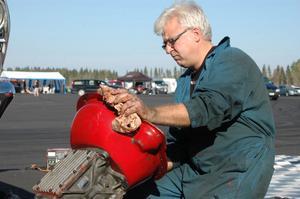 Lars Nyberg hade problem med växellådan, och tillbringade större delen av fredagen under bilen.