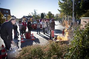 Kjell Inge Wennberg från räddningstjänsten ledde övningarna med att släcka brand med pulversläckare för dem som ville prova.