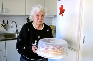 På skärtorsdagen skulle Maj-Britt Andersson besöka sin son för att överlämna tårta, dricka och påskgodis men hon nekades komma in i hans lägenhet av en personlig assistent.