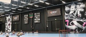 Bortre väggen i Jalas Arena är ommålad och två nya vepor på dam- och herrlaget tar upp en stor del av utrymmet.