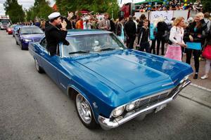 En del fick åka i bilar modell äldre på studentdagen.