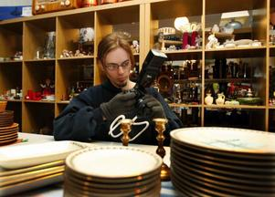 Jan-Olof Jakobsson från Hammarstrand jobbar som fotograf i butiken. Han fotograferar de flesta föremål som köps in till loppmarknaden, föremål som han senare lägger ut på nätet.
