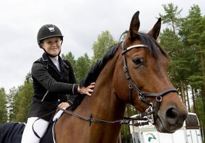 Jenny Espegren, Sundsvalls RK, har haft en bra vecka med bronspeng i ungponny-SM och DM-guld under söndagen. Här sitter hon på hästen