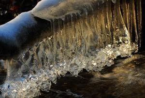 Det kalla vädret ger fantastiska formationer i forsarna längs Kolbäcksån
