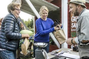 Gun-Britt Jonsson och Helena Jonsson handlar av Anders Persson.