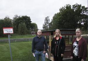 Eleverna på Segersta nya skola har ingen skolskjuts – och kommunens besked i frågan dröjer. Rektor Göran Holm, föräldern Emma Nyrén och skolans styrelseordförande Linda Stark är bekymrade över situationen.