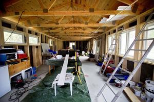 Huset i hela sin längd. Här ska så småningom komma upp mellanväggar och ett innertak. Och så ska väggarna isoleras. Och golvbeläggning ska på och ...