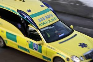 Ambulans larmades till Akzo Nobel efter en arbetsplatsolycka.