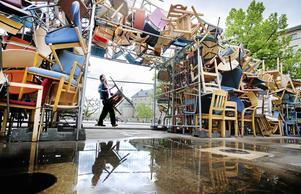 Tadashi Kawamatas stolsinstallation under uppbyggnad, drömmen var 10 000 stolar och lagom till invigningen hade man uppnåt ungefär hälften. Nu fortsätter verket att byggas allt eftersom utställningen pågår.