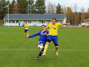Mattias Larsson hinner före gästernas försvarare och blir i nästa moment nedsparkad och straffen var solklar. Larsson själv slår in viktiga 1-1 målet på den efterföljande straffen.