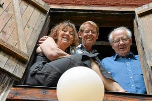 I lampljuset. Hembygdsföreningen sätter strålkastaren på de lokala konstnärerna. Från vänster: Liselott Ström, Leif Kugelberg och Bengt Sjölund. Saknas på bilden gör Frida Anthim Broberg.