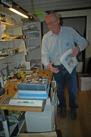 Det råder bråda tider hos Skolcopy så här i skolornas terminsstart. Rolf Jansson packar studiematerial beställda av skolor i hela landet. Kontoret har han hemma i villan. Foto:Eva Langefalk