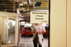 Små skyltar. Förbudsskyltarna i parkeringshuset var svåra att hitta, men fanns vid hissar och trappuppgångar i parkeringshuset i Skrapan. Någon skylt om 5 000 kronor i straffavgift hittade VLT däremot inte.Foto: Mats Adolfsson