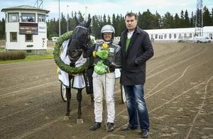 Amaru Boko syns här i segerposé tillsammans med Robert Bergh och ägarrepresentant efter den makalösa triumfen i Östersunds Stora långlopp.