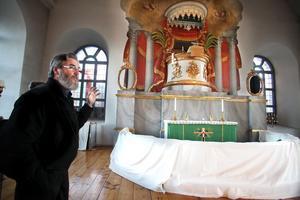 Lennart Berggren berättar att altarmålningarna kommer att förbättras i vår.