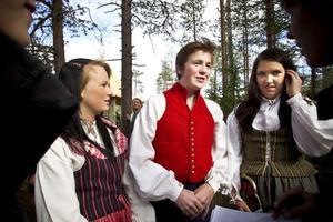 Angeliqa Hellstadius, Maarten Geijtenbeer och Sandra Broberg, elever på Los skoal, lämnade över en symbolisk gåva till miljöminister Carlgren.