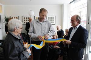 Sjukvårds- och omsorgsnämndens vice ordförande Hans Andersson (FP) knyter symboliska band.