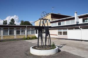 Skulpturen Solbärarna avtäcktes 1960, två år efter att Bergsjöskolan tagits i bruk.