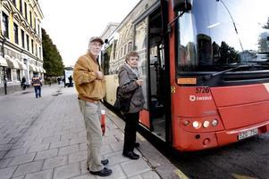 Betalar – ännu. Bussen till Sätra rullar in på busshållsplatsen och det är dags för Leif och Ann-Marie Ringh att stiga på, om några månader blir det gratiskliv ombord.