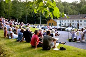 Sommarvisor i gröngräset bjöds det på vid onsdagskvällens Allsång vid Bryggeriet i Nora.