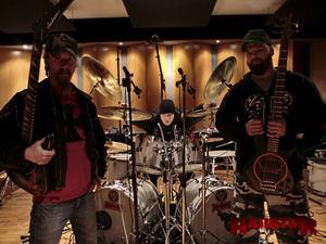 Raubtier består av Hulkoff, sång och gitarr, Hulkoff, Buffeln på trummor och Kjellgren på bas.