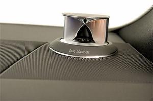 Diskanthögtalarna i Audis exklusiva Bang & Olufsen-paket glider automatiskt upp ur instrumentpanelen när ljudanläggningen slås på. Lyxigt och påkostat!