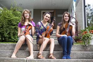 Alva Marander från Hudiksvall, Linda Leppänen från Finland och Beth Chamberlaine från England tycker det är kul att spela tillsammans med de andra unga musikerna.